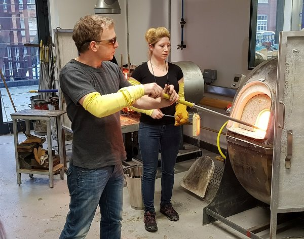 World-renowned glass maker inspires DMU students to explore their creativity